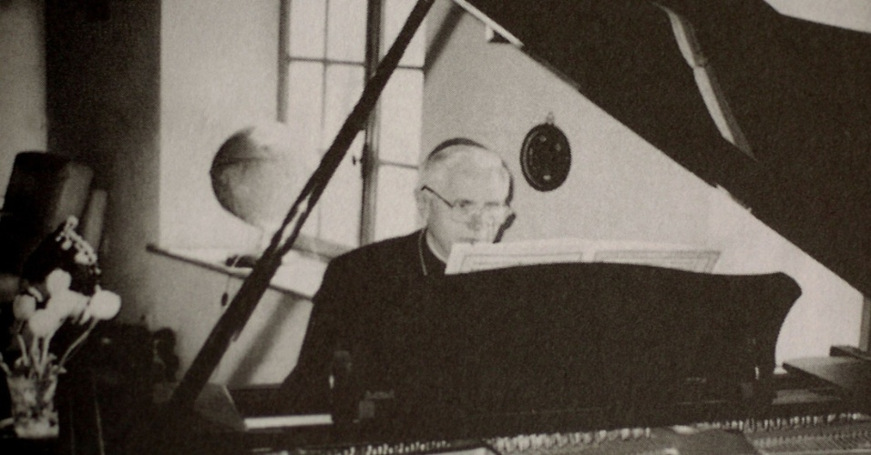Em foto de arquivo não datada, o então cardeal Joseph Ratzinger toca piano