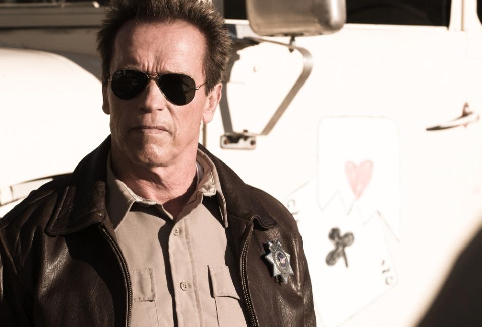 """Em """"O Último Desafio"""", Arnold Schwarzenegger interpreta Ray Owens, um oficial frustrado após uma missão que o rebaixou de cargo e que obrigou a ser um xerife em uma cidade na fronteira do México"""
