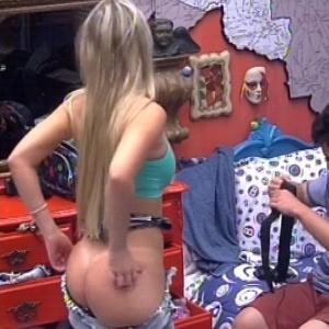 Fernanda deixa bumbum à mostra ao trocar de roupa