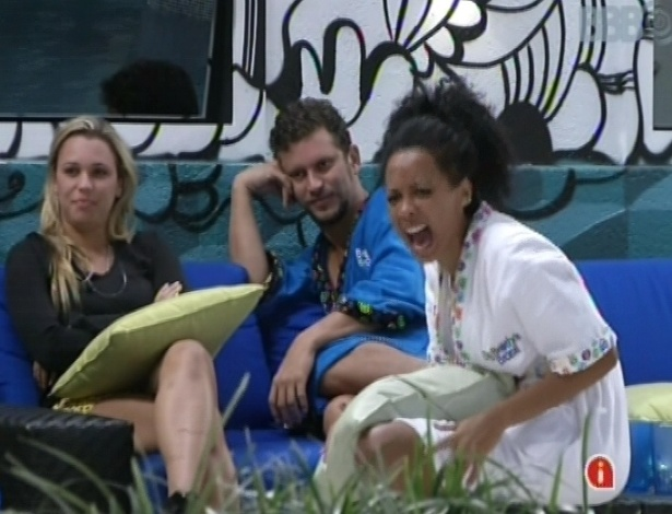 Marien, Aslan e Aline conversam na rea externa da casa
