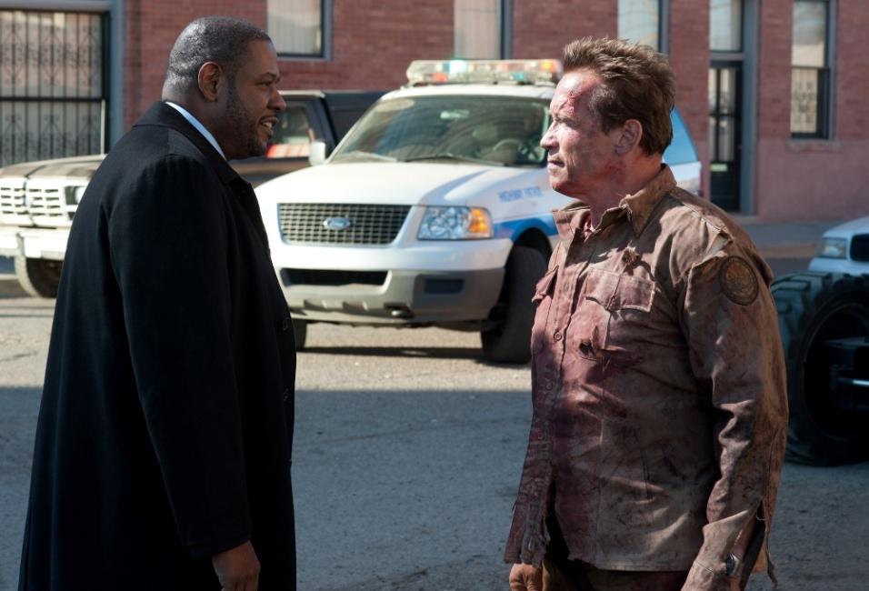 """O agente John Bannister (Forest Whitaker) e o xerife Ray Owens (Arnold Schwarzenegger) em cena de """"O Último Desafio"""""""
