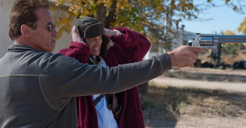 O xerife Ray Owens (Arnold Schwarzenegger) e o oficial Lewis Dinkum, interpretado por Johnny Knoxville