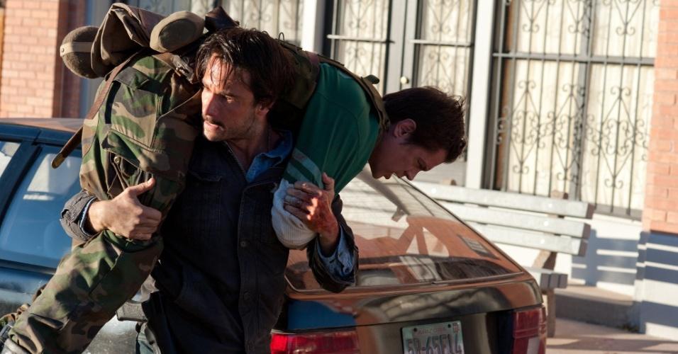 """Rodrigo Santoro interpreta Frank Martinez em """"O Último Desafio"""". Na foto, o ator carrega Lewis Dinkum, interpretado por Johnny Knoxville"""