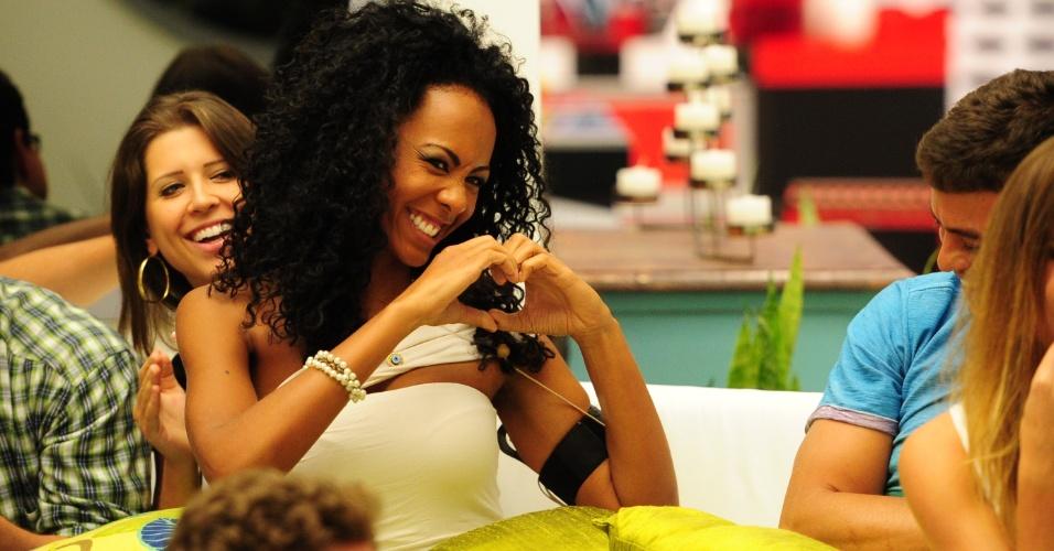 15.jan.2013 - Aline faz graça, fingindo ser calminha, em conversa com Bial antes da eliminação no primeiro paredão do
