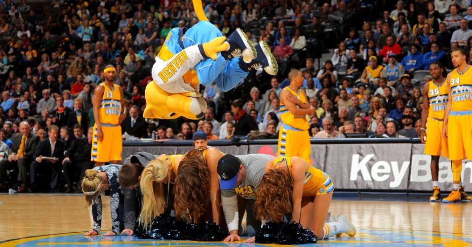 15.jan.2013 - Mascote do Denver Nuggets faz apresentação durante a vitória sobre o Portland Trail Blazers