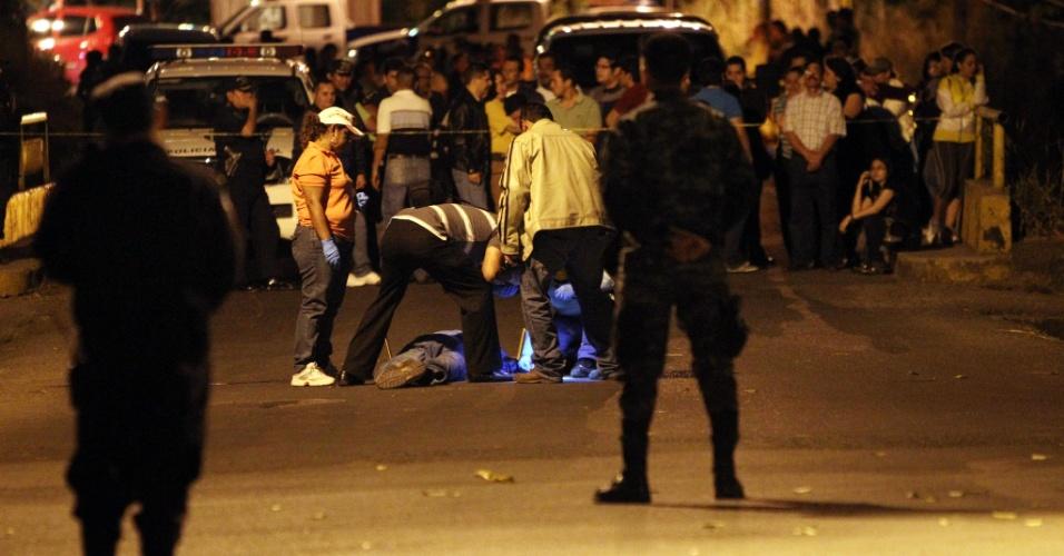 - 15jan2013---membros-da-policia-hondurenha-analisam-o-corpo-do-subdiretor-da-corporacao-german-fernando-reyes-flores-50-assassinado-ao-sul-da-capital-tegucigalpa-1358322431577_956x500