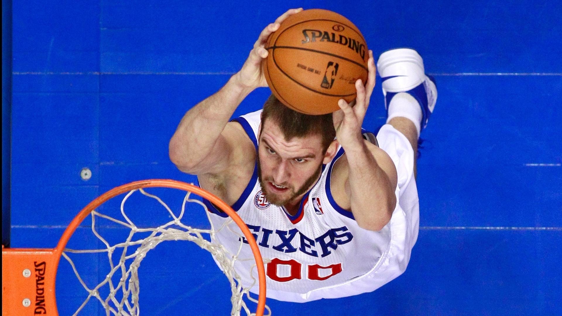 15.jan.2013 - Spencer Hawes converte enterrada para o Philadelphia 76ers na derrota para o New Orleans Hornets