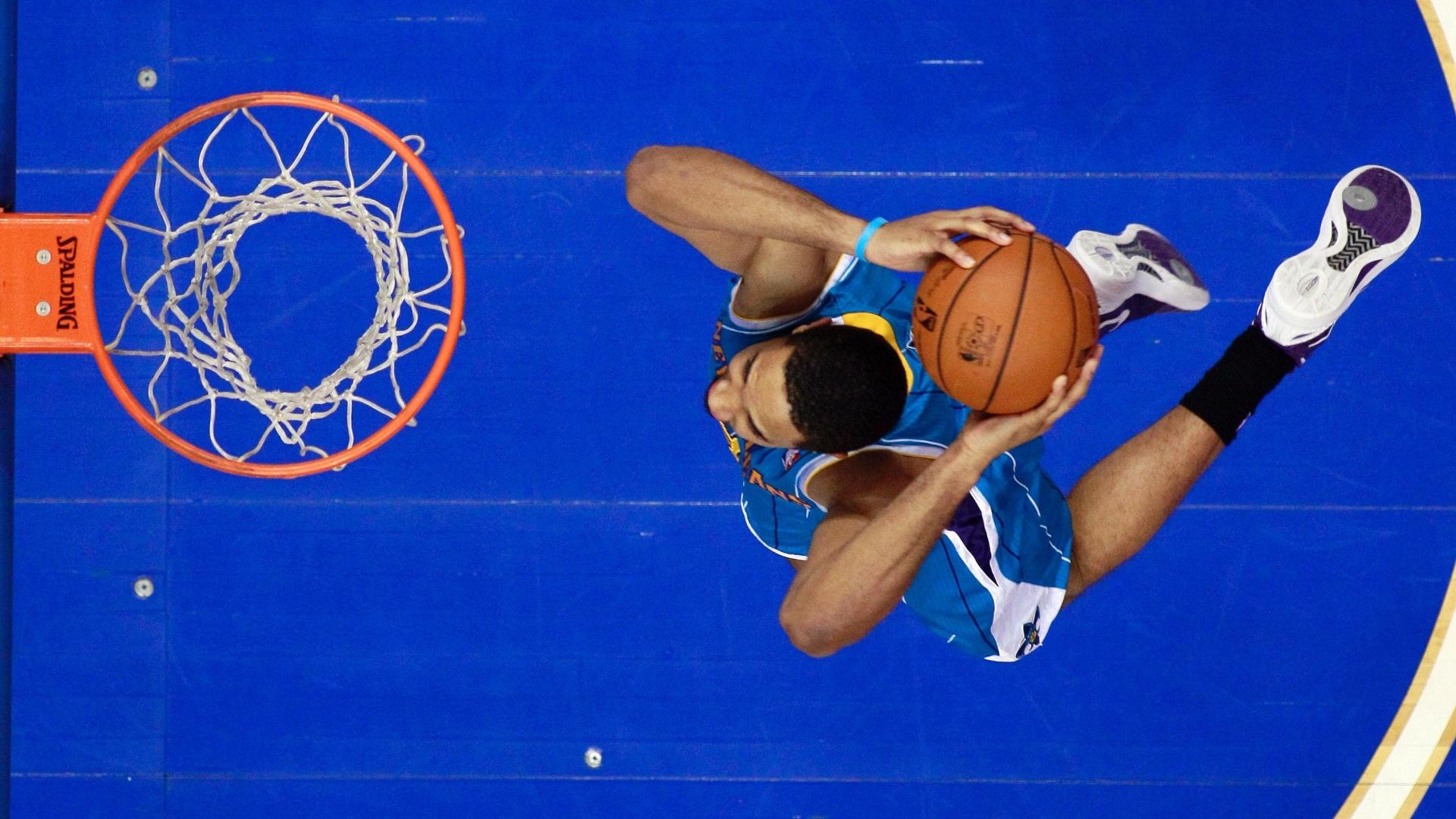 15.jan.2013 - Xavier Henry converte enterrada na vitória do New Orleans Hornets sobre o Philadelphia 76ers