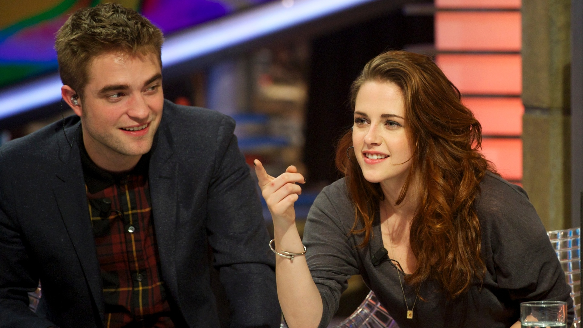 15.nov.2012 - Robert Pattinson e Kristen Stewart participam do programa