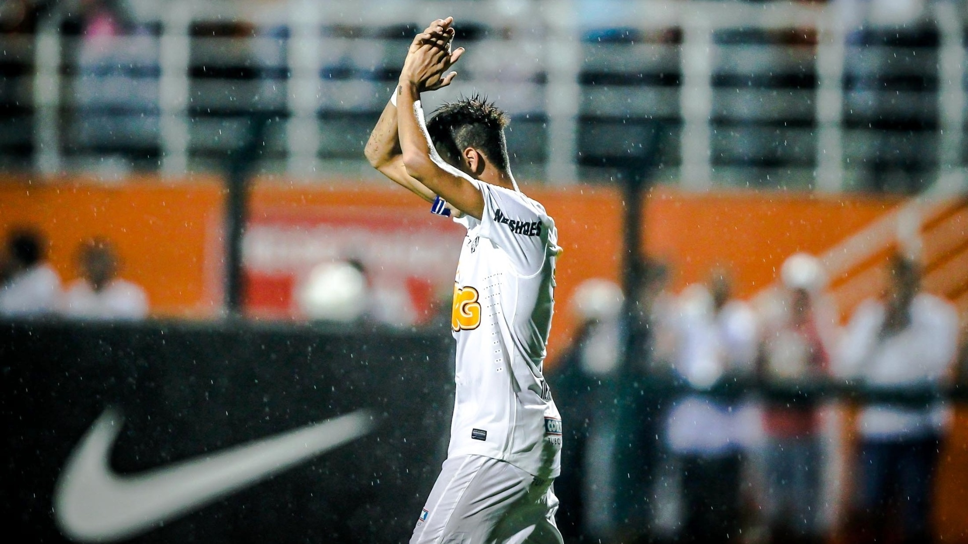 16.01.2013 - Neymar sada a torcida aps marcar o primeiro gol do Santos contra o Grmio Barueri