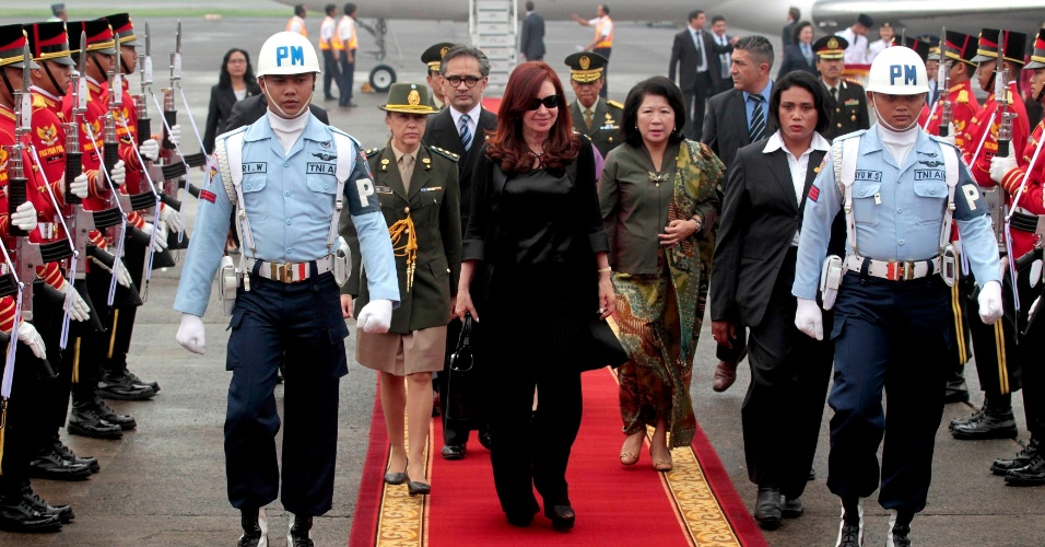 16.jan.2013 - A presidente da Argentina, Cristina Kirchner, &#233; acompanhada pelo ministro do Exterior da Indon&#233;sia, Marty Natalegawa (terceira &#224; esquerda) e pela ministra do Turismo e Economia Criativa do pa&#237;s, Mari Elka Pangestu (terceira &#224; direita) durante sua chegada a Jacarta. Cristina faz uma visita de tr&#234;s dias para o estabelecimento de acordos bilaterais