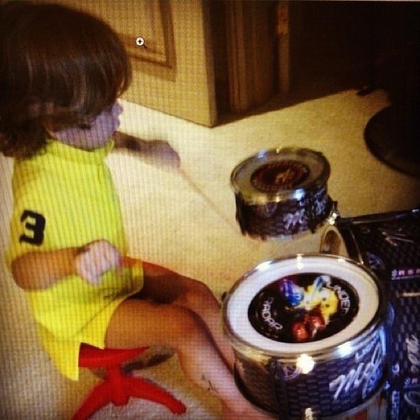 16.jan.2013 - Adriane Galisteu divulga foto do filho tocando bateria