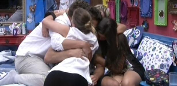 16.jan.2013 - Brothers dão abraço coletivo em Eliéser após discussão do modelo com Anamara