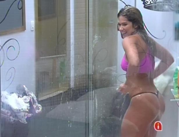 16.jan.2013 - Fani toma banho no quarto do líder
