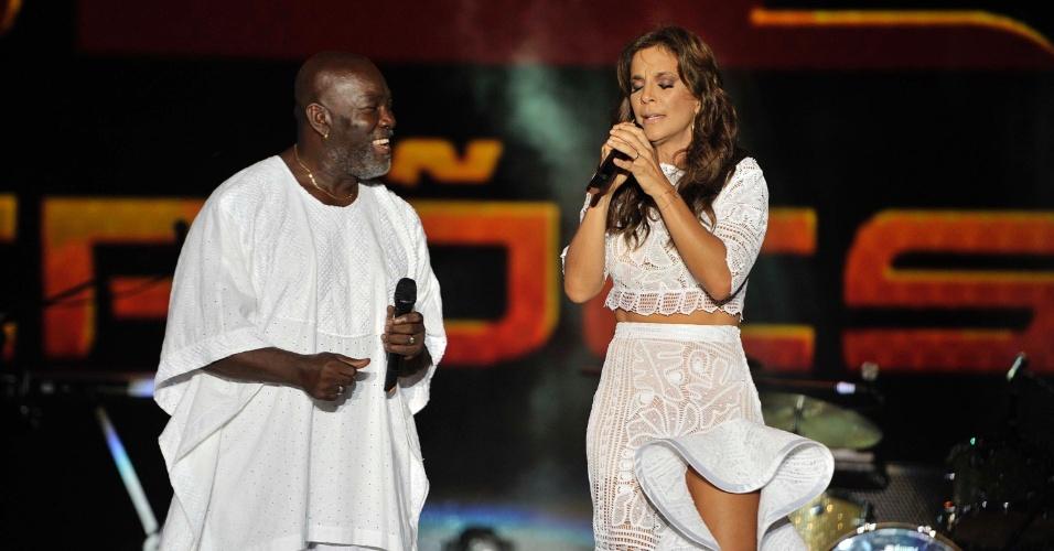16.jan.2013 - Ivete Sangalo canta com Lazzo Matumbi, abrindo o Festival de Verão de Salvador