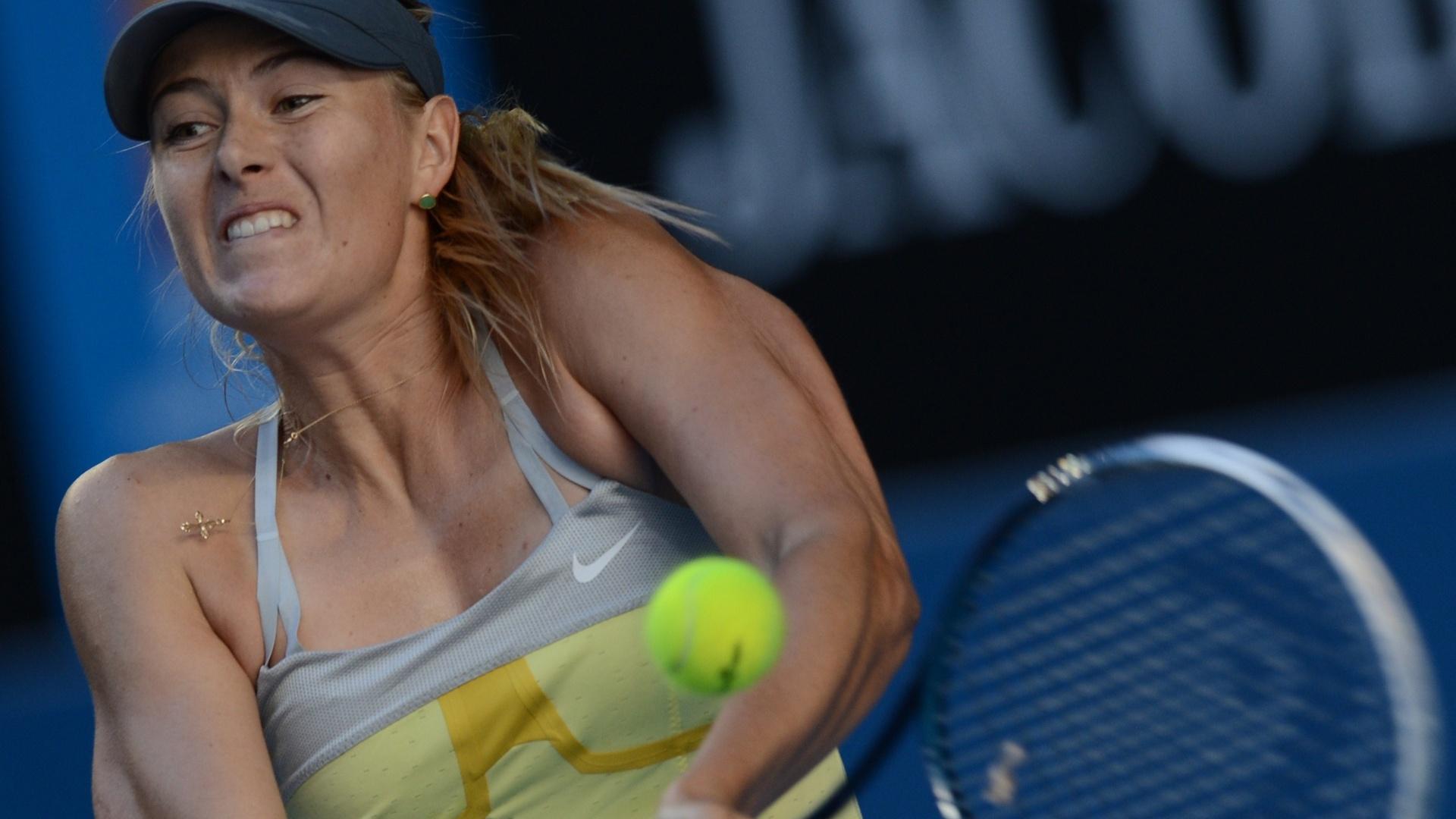 16.jan.2013 - Maria Sharapova faz devolução durante a vitória sobre a japonesa Misaki Doi por duplo 6-0