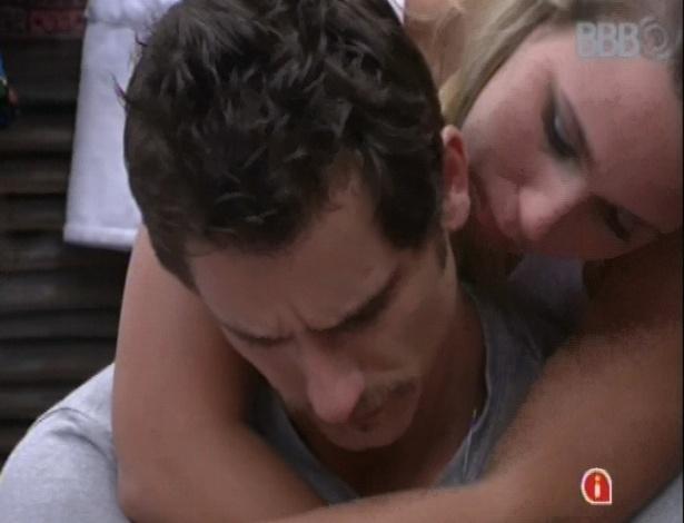 16.jan.2013 - Marien consola Eliéser após briga do modelo com Anamara