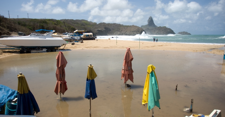 16.jan.2013 - O Porto de Santo Ant&#244;nio, em Fernando de Noronha, foi interditado na manh&#227; desta quarta-feira (16), por causa das fortes ondas que atingiram o arquip&#233;lago durante a madrugada. De acordo com a Marinha, cinco barcos naufragaram, mas ningu&#233;m ficou ferido