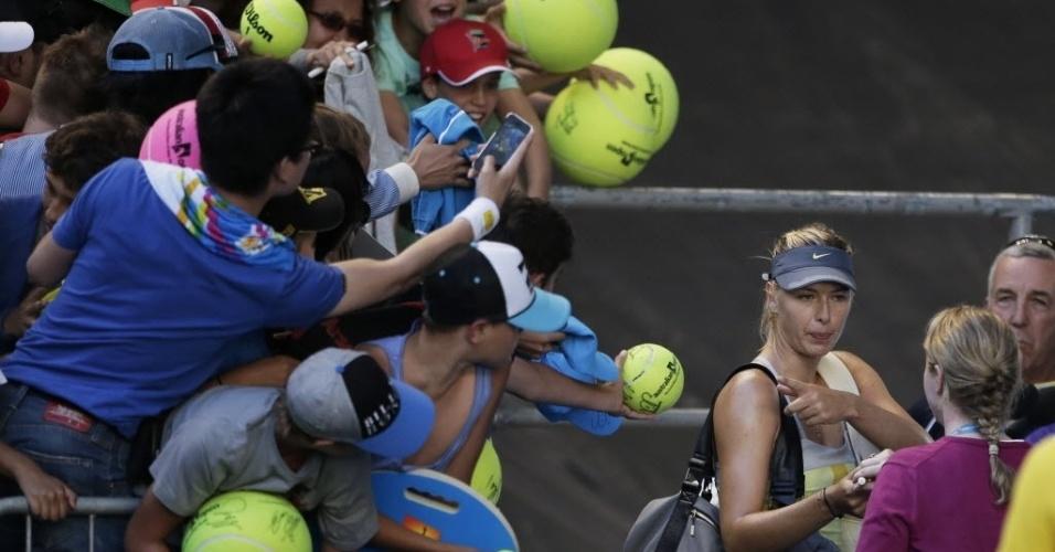 16.jan.2013 - Público se amontoa para pedir autógrafo de Maria Sharapova, que venceu na segunda rodada do Aberto da Austrália