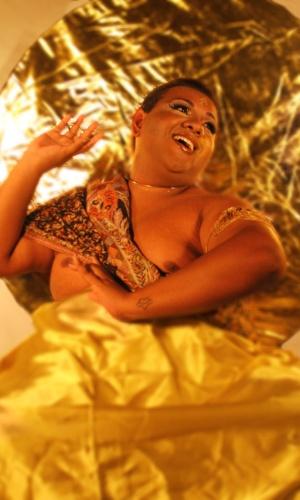 """16.jan.2013 -   Um dos propósitos do """"translendário"""" é levantar a discussão sobre o mundo transsexual na sociedade. Na foto, travesti representa """"Guia Espiritual da Androginia"""""""