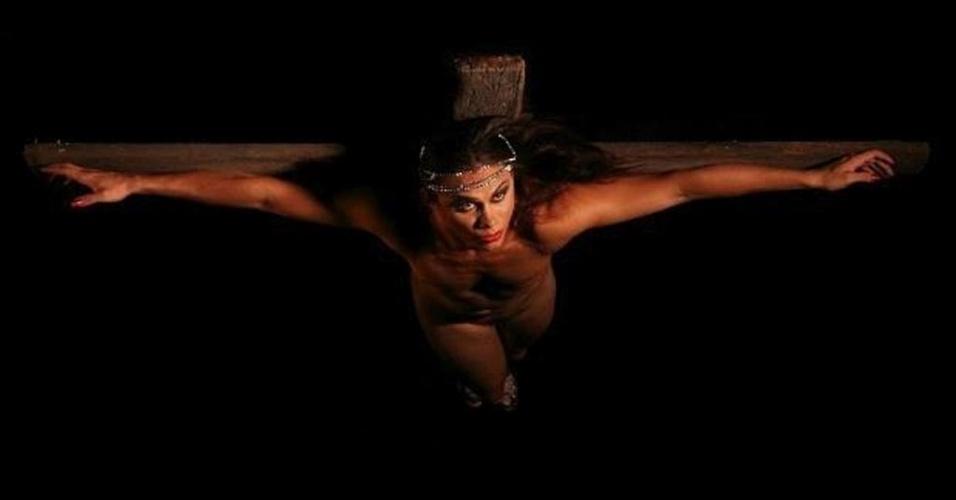 16.jan.2013 -  Um grupo de travestis de Fortaleza produziu um calendário com fotos deles com referências religiosas.  O trabalho contém fotos artísticas para cada mês do ano inspiradas em cenas religiosas e em deuses da mitologia. Na imagem, travesti amarrado a uma cruz replicando o quadro de Salvador Dalí ao qual retrata Jesus crucificado