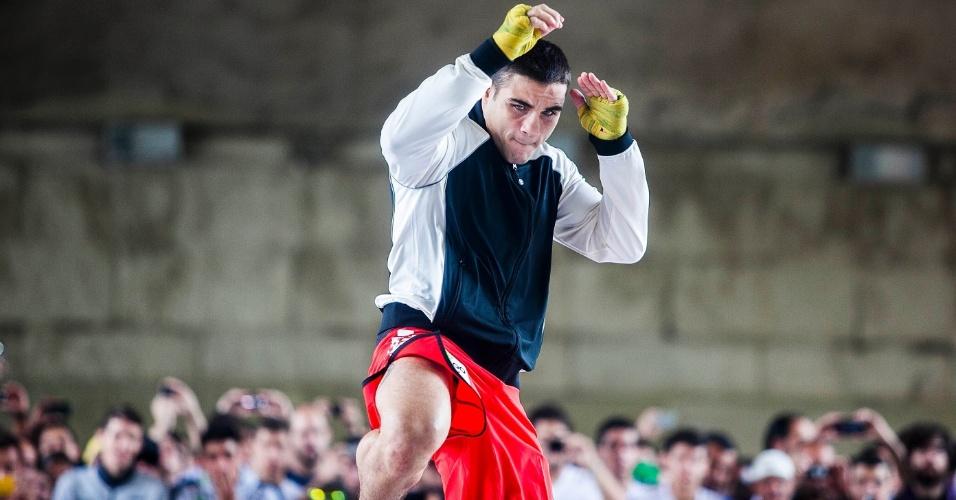 16.jan.2013- Daniel Sarafian faz aquecimento em treino aberto para o UFC SP no Vale do Anhangabaú