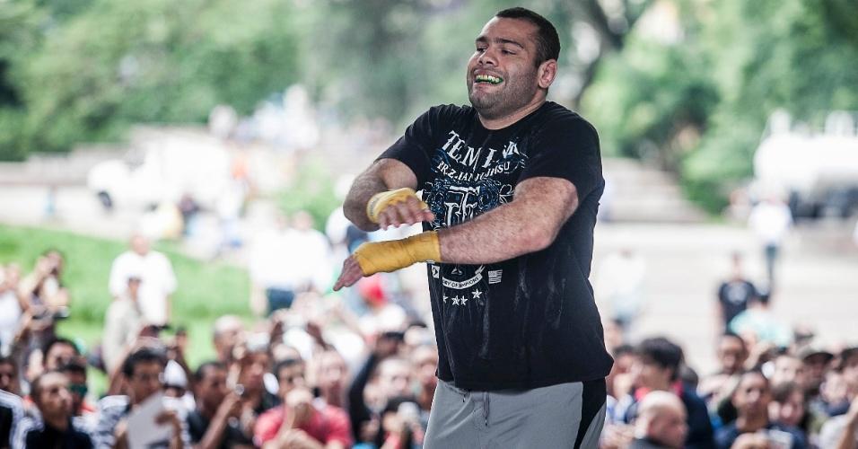 16.jan.2013- Gabriel Gonzaga brinca durante treino aberto para o UFC SP no Anhangabaú, no centro de São Paulo