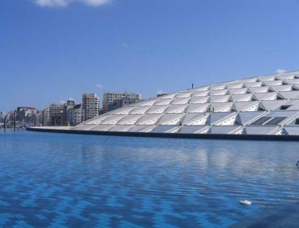 À beira do Mediterrâneo, na orla marítima de Alexandria, a Grande Biblioteca abriga, além de livros, laboratórios, museus de ciências e caligrafia, sala de congresso e exposições