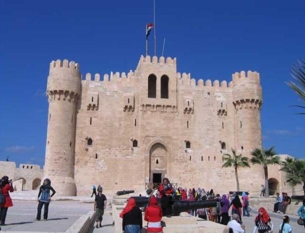 A Fortaleza de Qaitbay, construída pelo sultão Qaitbay, foi erguida para proteção do porto de Alexandria, sob os escombros do lendário Farol