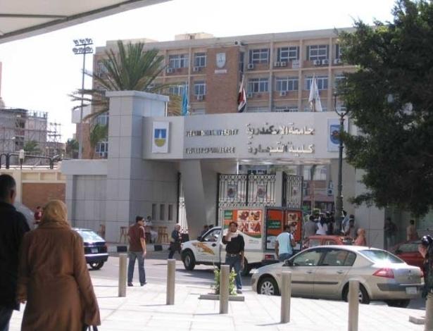 A Universidade Pública de Alexandria, em frente à Grande Biblioteca, foi construída em 1938