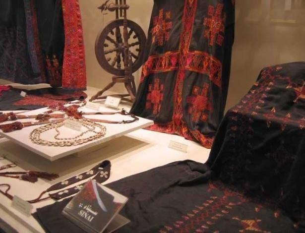 Além do acervo de livros, a Biblioteca de Alexandria tem espaços dedicados a exposições de objetos de arte e roupas típicas da região, como aos dos habitantes do Sinai