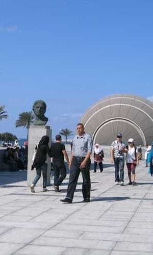 Busto de Alexandre, o Grande, fundador da cidade em 331 d.C., ao lado do planetário da Grande Biblioteca de Alexandria