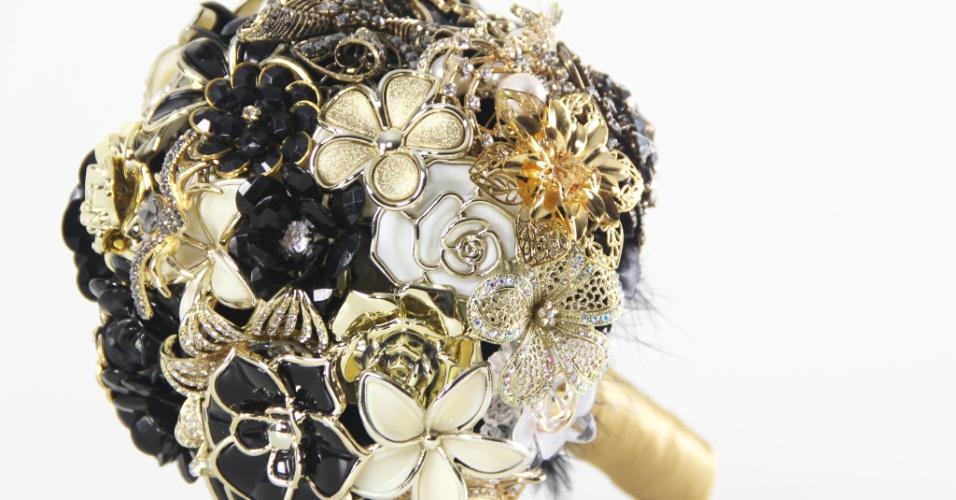 Imagem de buquê de noiva com broches da Bouquet Boutique