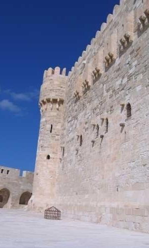 Os blocos de granito vermelho da Fortaleza de Qaitbay, no Egito, são das ruínas do Farol de Alexandria, uma das sete maravilhas do mundo antigo