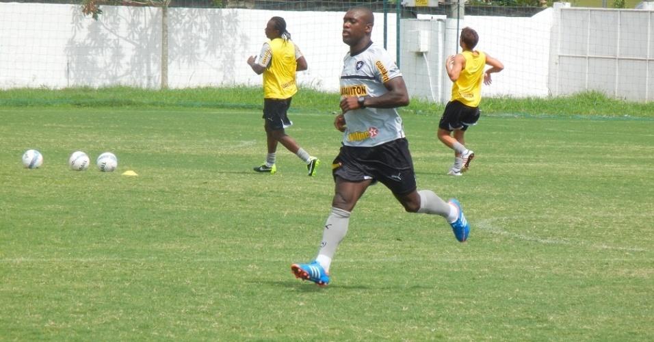 Seedorf se exercirta no centro de treinamento da CBV em Saquarema