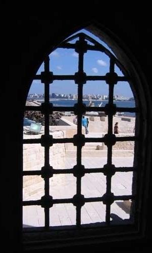 Vista do mar Mediterrâneo do interior da Fortaleza de Qaitbay, em Alexandria, no Egito