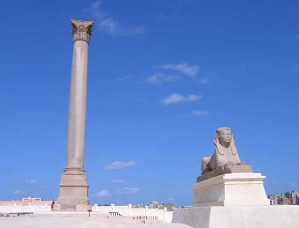 Vista geral da Coluna de Pompeu, em Alexandria, no Egito