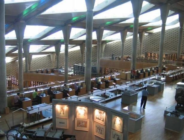 Vista interna da Grande Biblioteca de Alexandria, no Egito