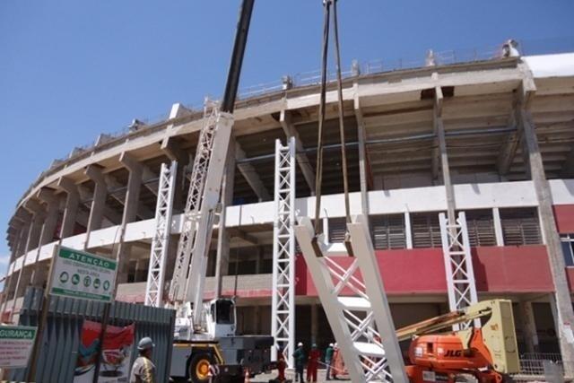 13.jan.2013 - Guindastes colocaram pilares para a sustentação da nova cobertura do estádio Beira-Rio, em Porto Alegre