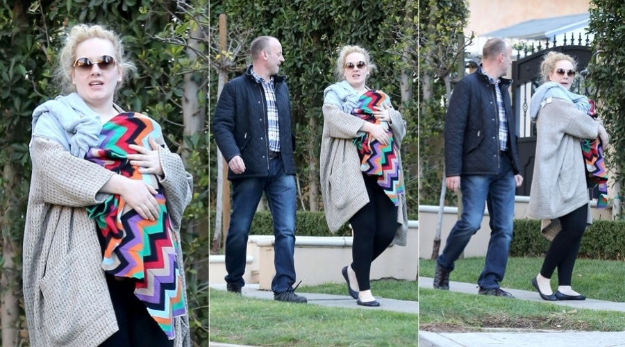 16.jan.2013 - Adele passeou pelo bairro de Beverly Hills, Califórnia, EUA, com seu filho. O nome do bebê ainda não foi revelado