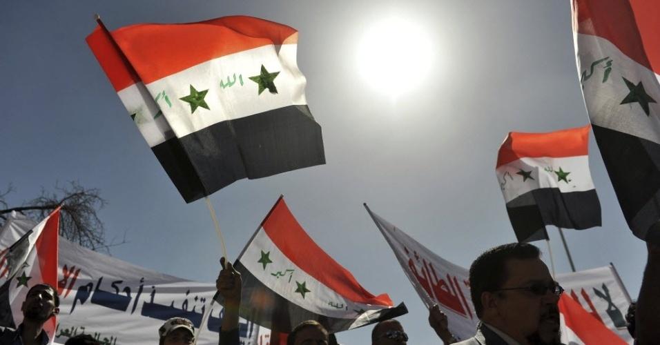 16.jan.2013 - Cidadãos iraquianos residentes no Iêmen participam de uma manifestação contra o governo do primeiro ministro do Iraque, em frente à Embaixada do Iraque, em Sanaa, no Iêmen