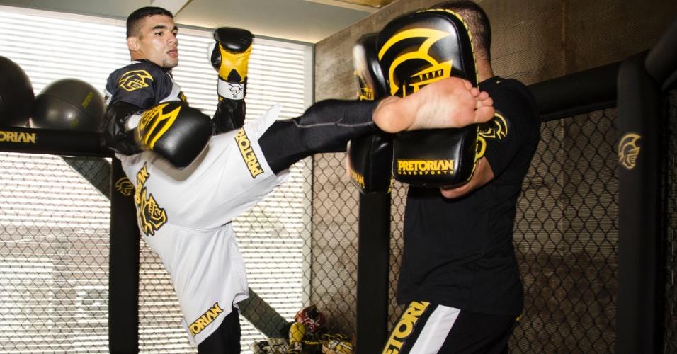 16.jan.2013 - Ronny Markes faz seu último treino para o UFC São Paulo