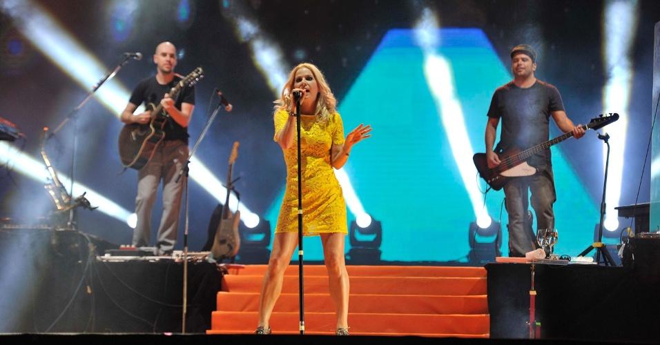 17.jan.2013 - A cantora Paula Toller, do Kid Abelha, na abertura do segundo dia do Festival de Verão 2013, em Salvador. O festival acontece até o dia 19 de janeiro no Parque de Exposições