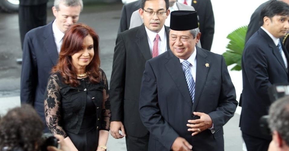 17.jan.2013 - A presidente da Argentina, Cristina Kirchner, caminha junto ao presidente da Indonésia, Susilo Bambang Yudhoyono, ao chegar ao palácio presidencial em Jacarta. Ela visita o país asiático para estreitar os laços entre os dois países