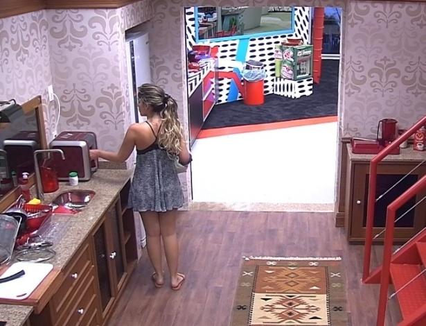 17.jan.2013 - Anamara acorda e segue direto para tomar uma água na cozinha