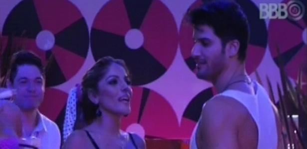 17.jan.2013 - Anamara conversa com Marcello durante a festa Retrô