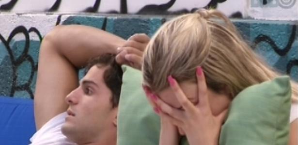 17.jan.2013 - André e Fernanda descansam no sofá do lado de fora da casa. Fernanda quer decide ir tomar banho: