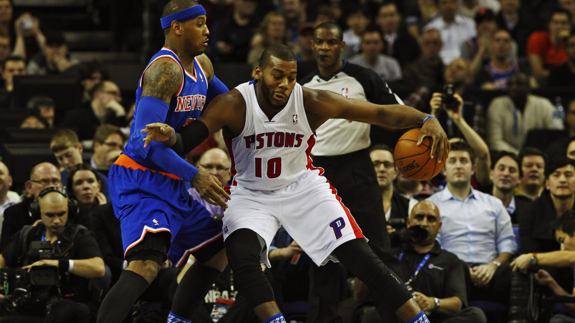 17.jan.2013 - Carmelo Anthony, do New York Knicks, tenta conter o avanço de Greg Monroe, do Detroit Pistons, em jogo disputado na Arena O2, em Londres