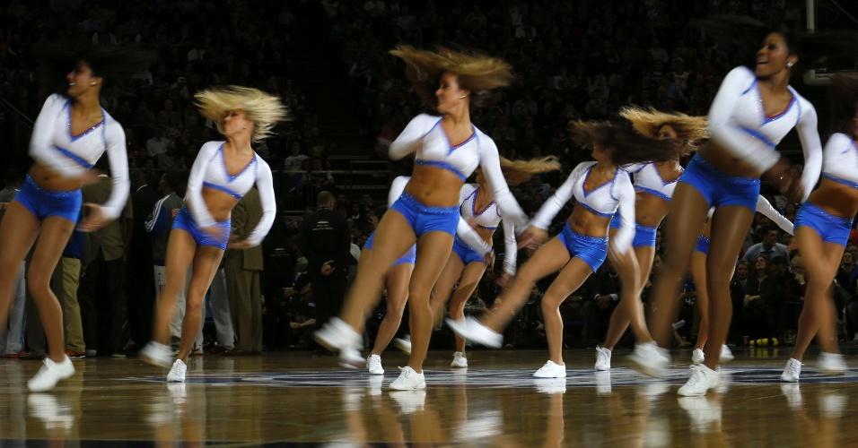 17.jan.2013 - Cheerleaders se apresentam em intervalo de jogo do New York Knicks contra o Detroit Pistons, disputado em Nova York