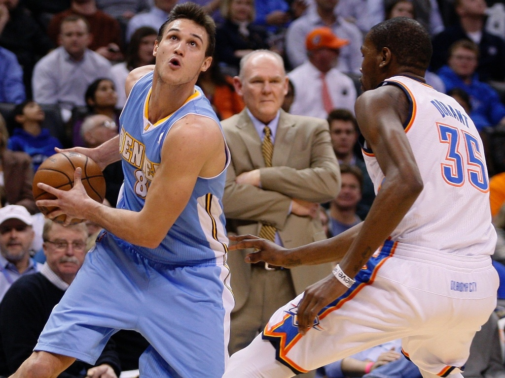 17,jan.2013 - Danilo Gallinari, do Denver Nuggets, tenta infiltrar contra a marcação de Kevin Durant, do Oklahoma City Thunder